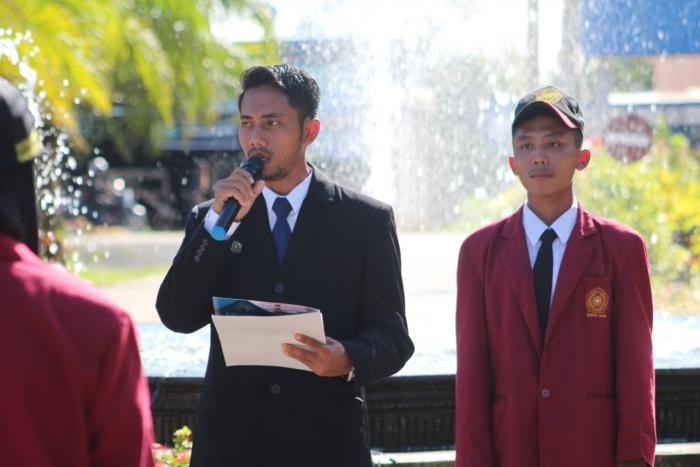 DEKAN FKIP UNIMUDA SORONG BERIKAN PENGHARGAAN KEPADA 3 MAHASISWA DUTA FESTIVAL PEMUDA DI SEMARANG DALAM PERINGATAN UPACARA SUMPAH PEMUDA KE - 91